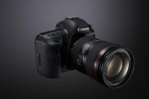 Canon EOS 5D Mark IV na oficiálním snímku. Foto: Canon.cz
