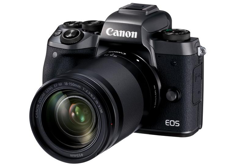 Canon EOS M5 na oficiálním snímku s univerzálním objektivem 18-150 mm. Foto: Canon.cz