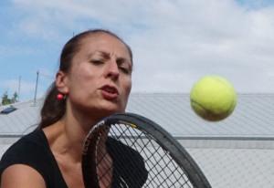 Hodně detailní výřez z horní fotky - rychle letící tenisový míček je opravdu zmražený v letu, detailů je mnoho, zároveň je patrný i šum... Testovací obrázek bez úprav, plnou velikost zobrazíte kliknutím.