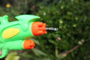 Takto vypadá snímek focení časem 1/32 000. Z dětské stříkací pistole právě vylétává dávka vody... Clona 1.8, ISO 3200. Testovací snímek bez úprav plnou velikost zobrazíte kliknutím...