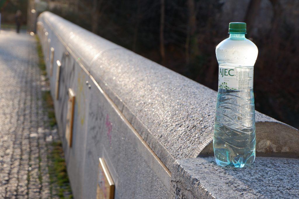 minerální voda na mostě
