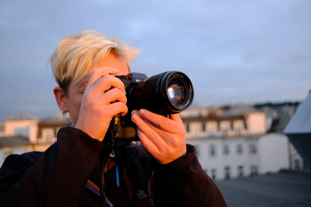 """A nyní jediných pět minut slunce z celého testování - zde dopadá na účastnici srazu milovníků fotoaparátů Fujifilm pořadaným zmíněním """"fuji-guruem"""" Marcelem Konečným v jeho pražské X-foto Gallery. Neupravená fotka, plnou velikost zobrazíte kliknutím."""
