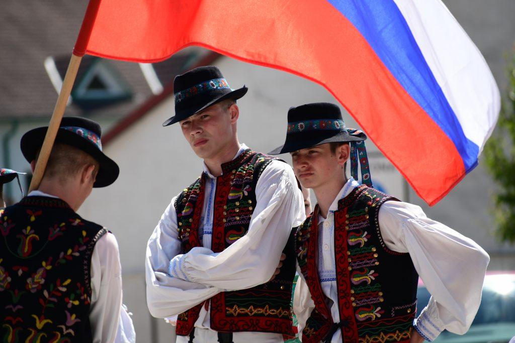 Slovenská vlajka a tanečníci