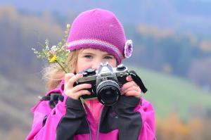 """Mojí dceru Marii velmi zaujal můj starý dobrý """"filmový"""" Nikon FM2, jeden nejslavnějších zrcadlovek posledních desetiletí. Právě tradice stále udržuje zrcadlovky na čele peleteonu. Dosud to tak je. Ale zda to vydrží? Těžko říct..."""