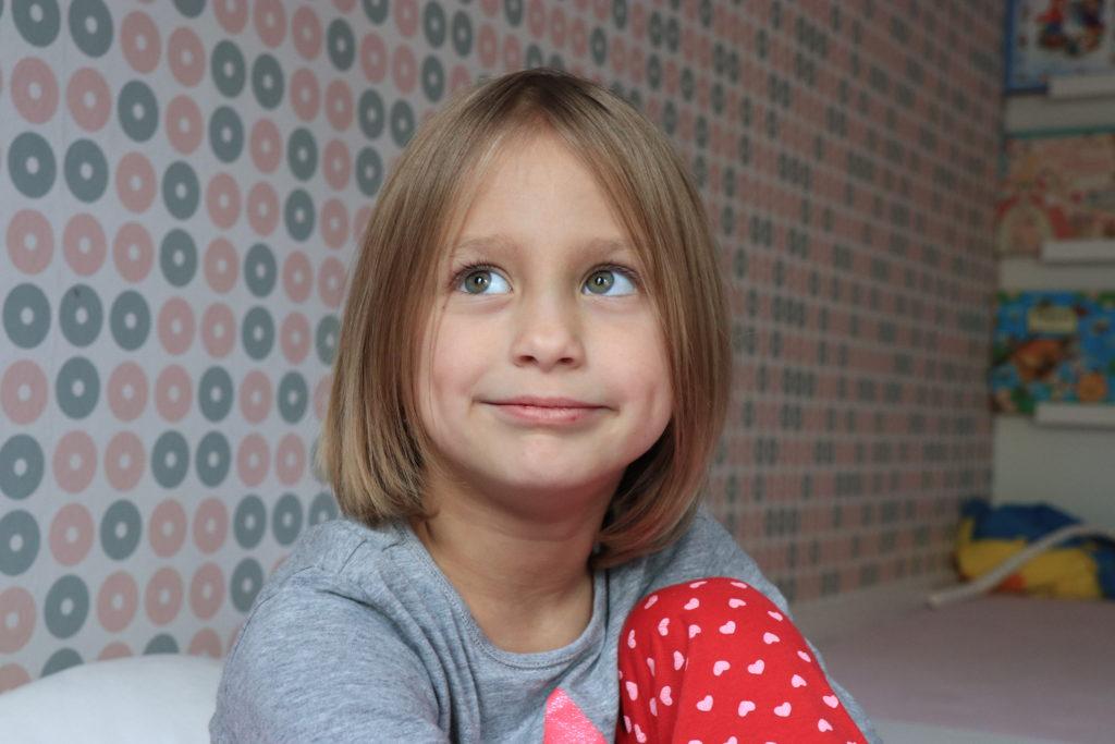 Dcera mi dává najevo, co si o focení myslí. V podobných situacích rodinného focení opravdu M5 zrcadlovky plně nahradí... Neupravená fotka v původní velikosti...