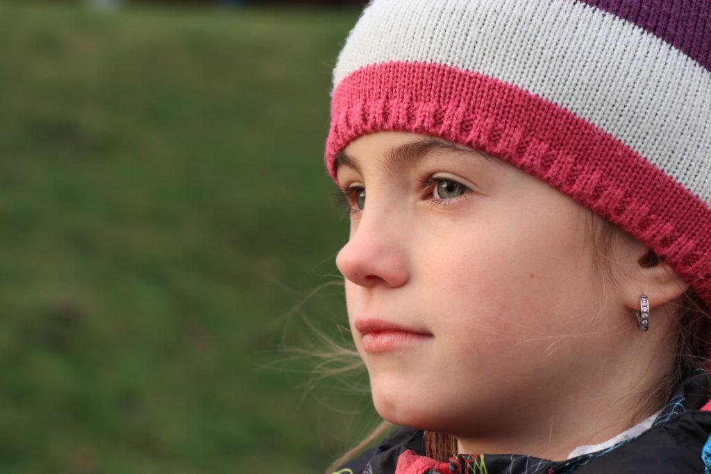 Obrazová kvalita je opravdu velmi dobrá - byť nedostatek kvalitních objektivů je občas cítit (zde tedy ne - při přiblížení se dají spočítat i chlupy na nose mé dcery)... Neupravená fotka v původní velikosti...