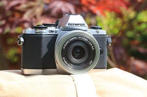 Opravdu je to fotoaparát velmi kompaktní - a v podstatě i hezký. Jen pozor, to stříbrné není kov, nýbrž plast...