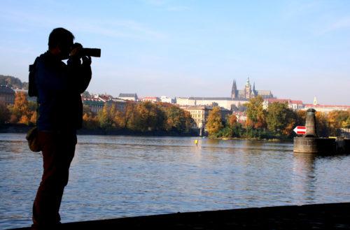 Fotograf na náplavce v Praze