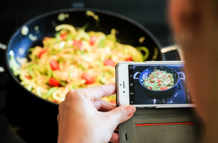 Naprostá většina fotek jídla dnes vzniká mobilem, což v může vést k slušným výsledkům pouza za určitých přepokladů.