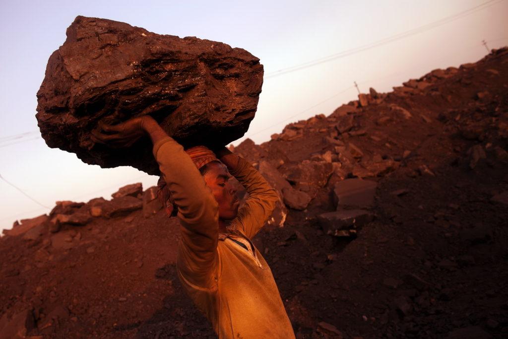 Ilegální težba uhlí, Dhanbád, Indie