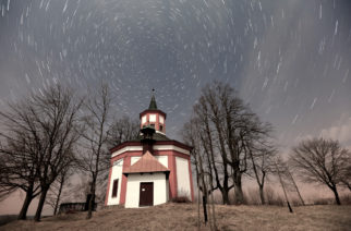 Pohyb hvězd v časovém úseku kolem 14 minut nad barokní kaplí v Hartmanicích na Vysočině (smínek je smontován cca 28 dílčích záběrů po 30 vteřinách. Obrázek v plném rozlišení je zde.