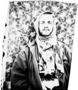 Provozovatel těchto stránek na portrétu pouličního fotografa z Afghánistánu v roce cca 2002. (A ano, s oblíbeným otoaparátem Nikon FM2).
