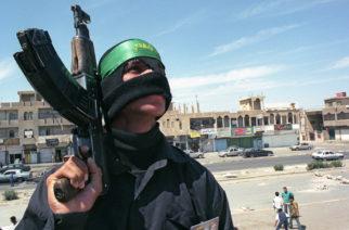 Ozbrojenec v Bagdádu, cca 2003, foceno na film (28 mm).