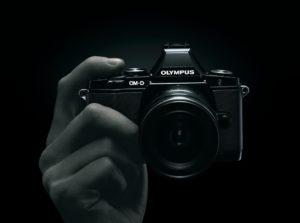 Olympus OM-D E-M5 Mark II opravdu skvěle padne do ruky. Foto: Olympus.cz