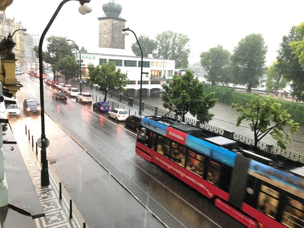tramvaj v dešti
