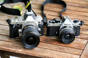 Tak co, který se vám líbí víc? Marná sláva, Nikon FM2 (napravo) je menší, kovovější a - inu - mnohem hezčí...